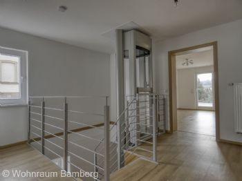 OG Flur Treppenhaus mit Fahrstuhl