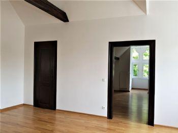 Wohnzimmer mit Blick ins Schlafzimmwe