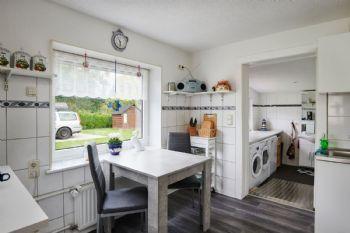 Küche mit Rampe ins Bad
