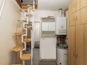 Hauswirtschaftsraum mit Spartreppe zum Dachboden