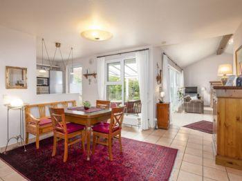Essdiele mit Blick ins Wohnzimmer und der Küche
